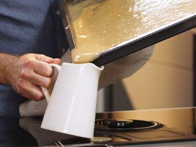 Pouring_gravy