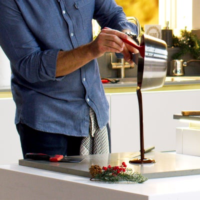 Pouring_chocolate_tempering