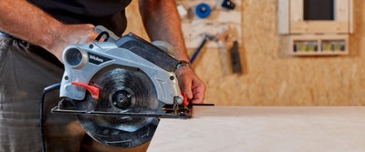 3.Circular_saw_cutting_plyboard.jpeg
