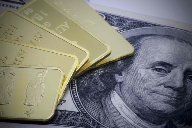 Precio del oro encuentra soporte apoyado por debilidad del dólar estadounidense