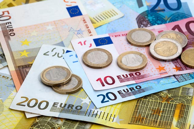 Euro under pressure against USD and GBP