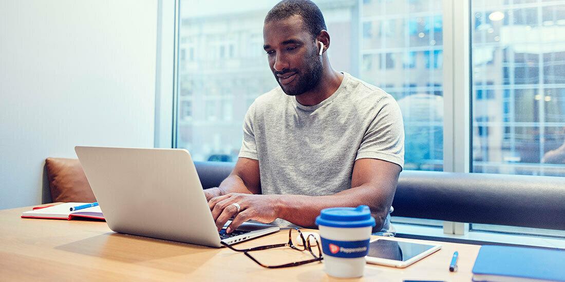 Man trades on his laptop